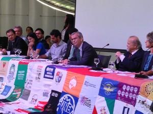 Reitor da Universidade de Brasília, Ivan Camargo, abre solenidade que recorda perseguição política na ditadura e concederá anistia a Honestino Guimarães. (Foto: Luciana Amaral/G1)