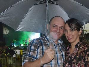 Casal não desanimou com a chuva e aproveitou o forró na orla de João Pessoa (Foto: André Resende/G1)