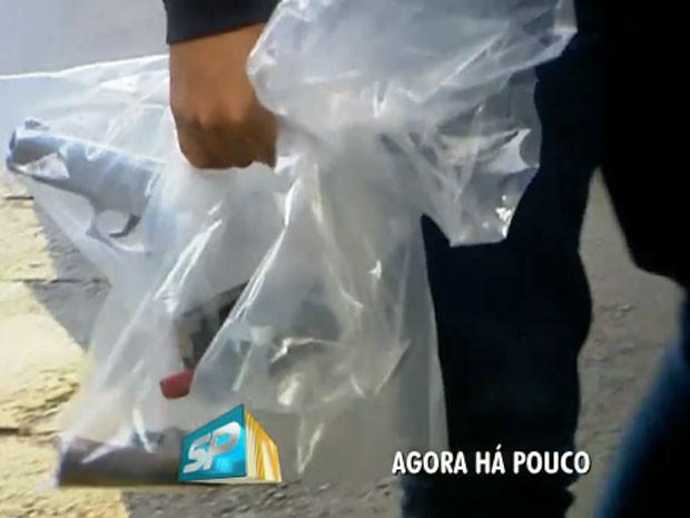 Polícia apreendeu armas dos policiais presos por suspeita de envolvimento na chacina de Osasco e Barueri (Foto: TV Globo/Reprodução)