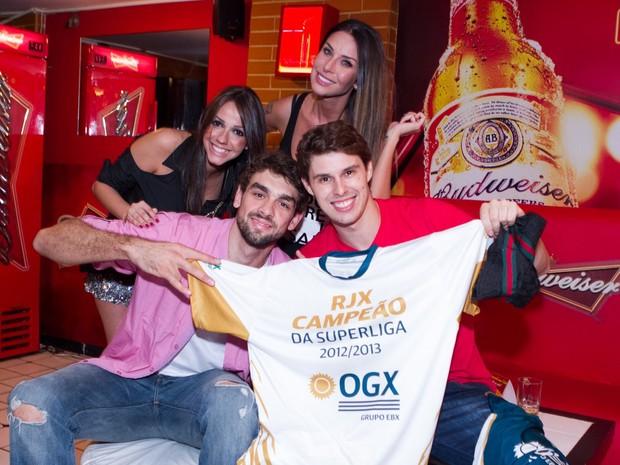 Bruno Rezende e Lucão comemoraram o título do Rio de Janeiro em bar na Zona Oeste da cidade (Foto: Raphael Mesquita/ Divulgação)