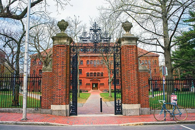 Entrance gate and East facade of Sever Hall at Harvard Yard in Harvard University in Cambridge, Massachusetts, MA, USA. It is used as the library, lecture hall and classroom for different courses. (Foto: Getty Images/iStockphoto)