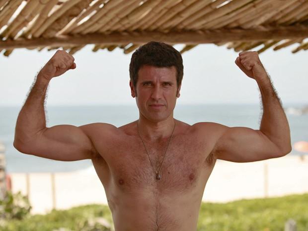 Eriberto exibe sua boa forma em gravação na praia (Foto: Guerra dos Sexos / TV Globo)