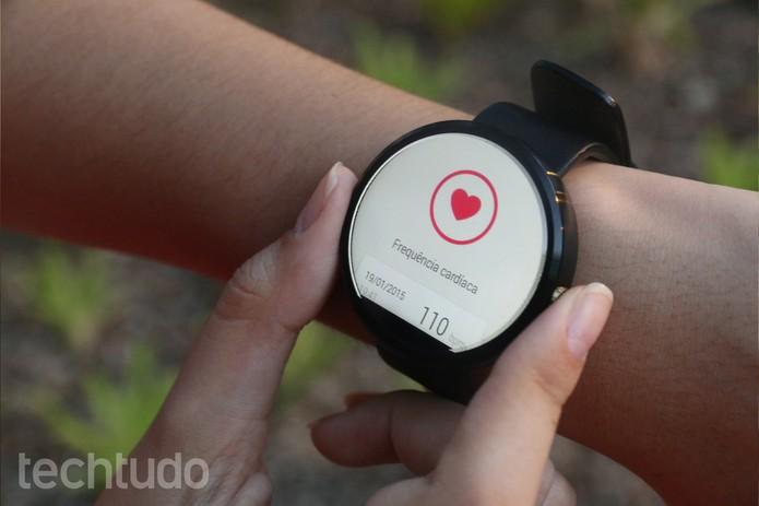 Moto 360 tem funções que ajudam na prática de atividades físicas (Foto: Lucas Mendes/TechTudo)