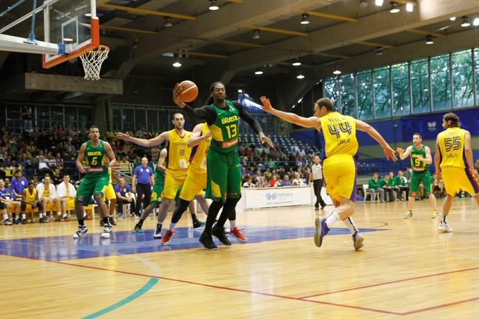 Brasil x Romênia, amistoso basquete, Nenê (Foto: Daniel Capela / Estadão Conteúdo)