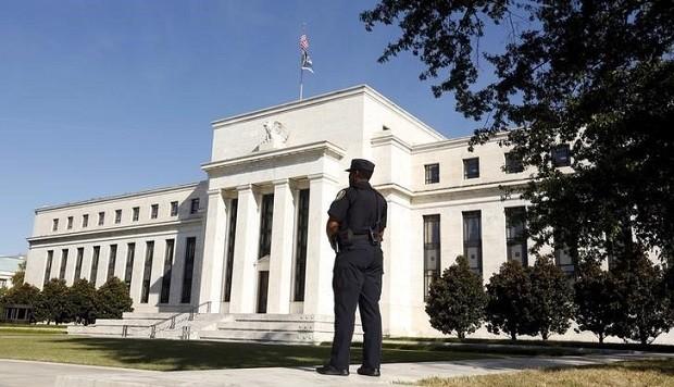 Policial observa o prédio do Federal Reserve, em Washington (Foto: Kevin Lamarque/Reuters)