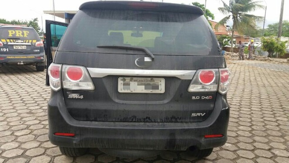 Caminhonete com placas idênticas a de veículo do Exército é recuperada em Caruaru (Foto: Divulgação/PRF)