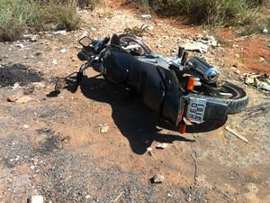 Suspeitos abandonaram a moto e fugiram com o malote. (Foto: Jucilene Magalhães)