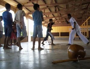 Professor dando aula de capoeira em Pimenteiras D´Oeste, Rondônia (Foto: Washington Kuipers/Divulgação)