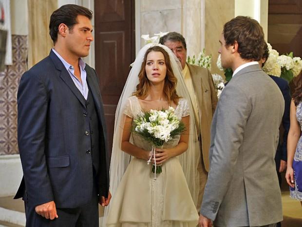 Marcos diz na cara do irmão que ele vai tomar o seu lugar no casamento (Foto: Raphael Dias / Gshow)