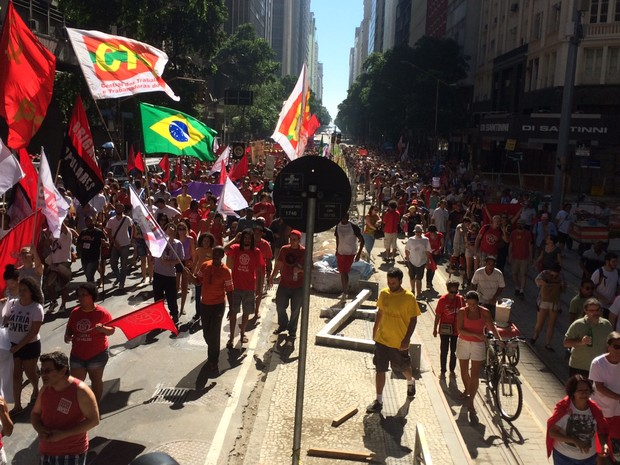 Segundo Centro de Operações, a Avenida Rio Branco estava interditada em torno de 12h por causa do protesto (Foto: Gabriel Barreira / G1)