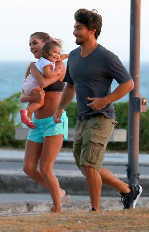 Deborah Secco Passeia Com Filha E Marido Em Praia E Exibe