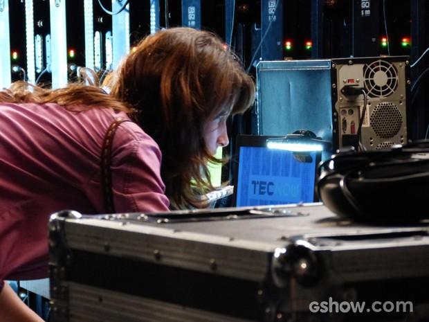 Manu consegue passar por segurança e tem acesso a computador da palestra (Foto: Geração Brasil/TV Globo)