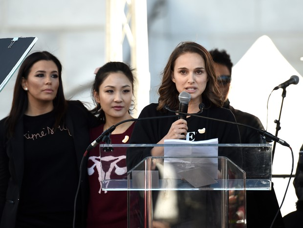Natalie Portman durante a Women's March em Los Angeles (Foto: Getty)
