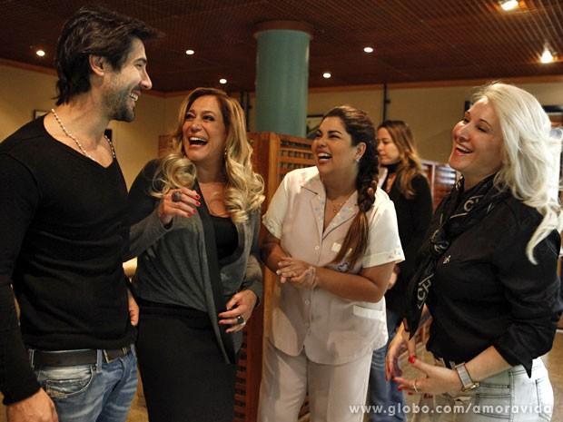 Sandro Pedroso descontraiu papo com Susana Vieira, Fabiana Karla e a mãe dele, Palmira (Foto: Amor à Vida/ TV Globo)
