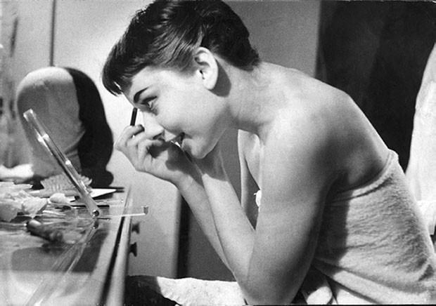 Foto sem data mostra a atriz Audrey Hepburn nos bastidores de gravação (Foto: George Douglas/ Bullet PR/AP)