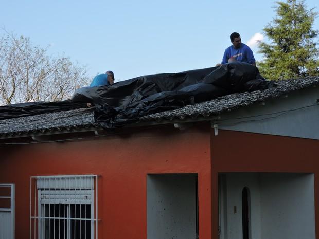 Casas ficaram danificadas com granizo em Cachoeira do Sul (Foto: Milos Silveira/Jornal O Correio)
