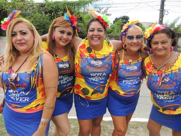 Foliões se concentram para desfile do Camburão da Alegria, no Recife (Foto: Luna Markman / G1)