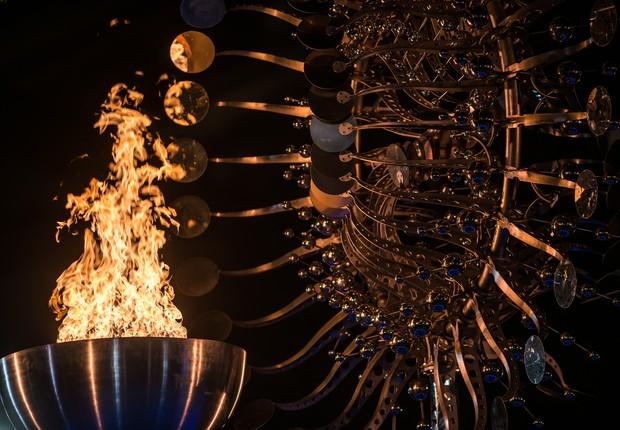 Detalhe da Pira Olímpica em frente à Igreja da Candelária (Foto: Alex Ferro)