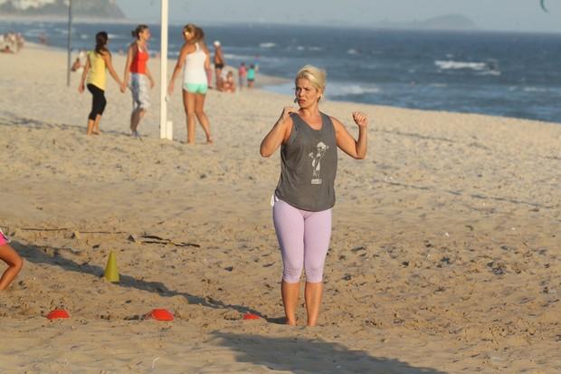 Samara Felippo treina na praia da Barra da Tijuca, RJ (Foto: Dilson Silva / AgNews)