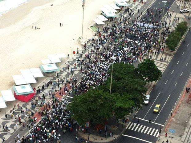 Cerca de quatro mil pessoas participam de protesto na orla da Zona Sul do Rio. (Foto: Vitor Teixeira / TV Globo)