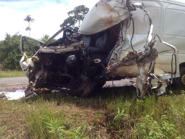 Acidente envolvendo uma van e um cainhão terminou em morte na BR-101, em Valença, na Bahia (Foto: Marcus Augusto Macedo / Voz da Bahia)