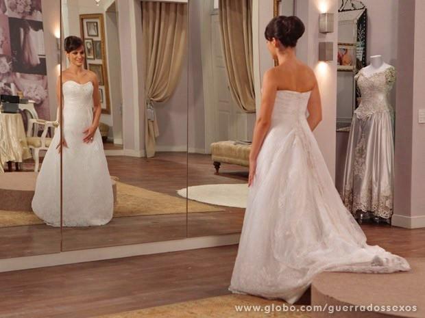 Carolina de noiva: até as vilãs merecem romantismo (Foto: Guerra dos Sexos / TV Globo)