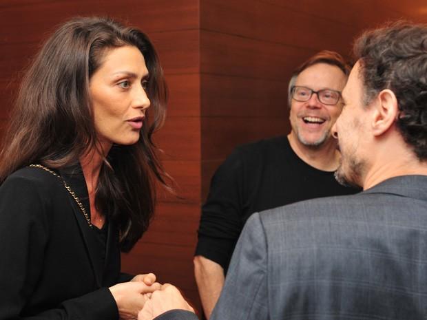 A atriz cumprimenta o colega de elenco Henrique Dias e o diretor Fernando Meirelles (Foto: Reinaldo Marques/Gshow)