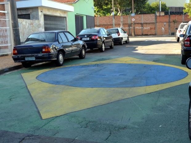 Bandeira do Brasil foi pintada por moradores em Piracicaba (Foto: Fernanda Zanetti/G1)