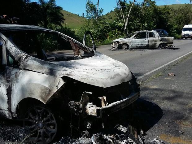 Carros queimados foram colocados no meio da rodovia (Foto: Danilo cesar/TV Globo)