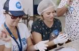 Angélica conhece o projeto 'Hamburgada do Bem'