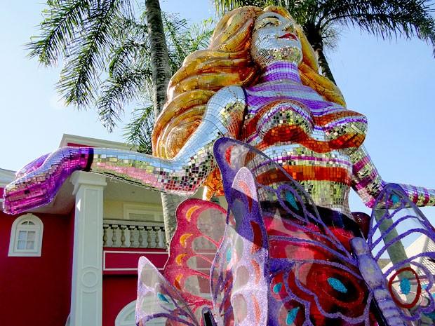 Estátua de Chayene é toda feita com pequenos cacos de espelhos coloridos (Foto: Cheias de Charme / TV Globo)