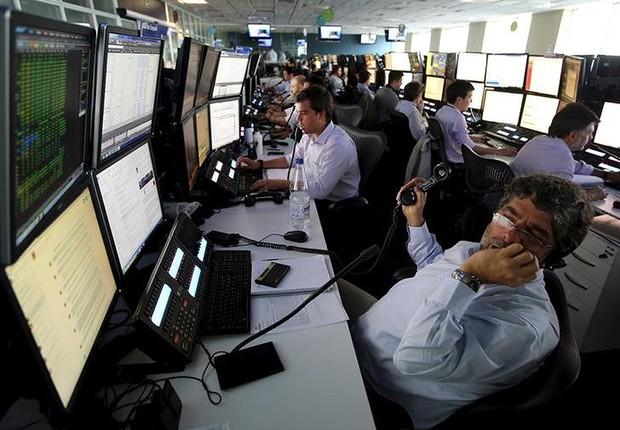 Operadores na corretora XP Investimentos em São Paulo (Foto: Paulo Whitaker/Reuters)