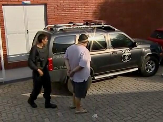 Suspeitos foram presos e levados à delegacia (Foto: Reprodução/TV Amazonas)
