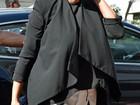 Blusa larga de Kim Kardashian esconde barriguinha de gravidez