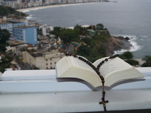 Vista do Morro do Vidigal, na Zona Sul do Rio de Janeiro, com crucifixo (Foto: Tássia Thum/G1)