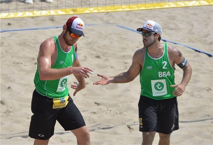 Alison e Bruno vencem americanos Brunner e Lucena com facilidade na semifinal do Mundial de volei de praia em Haia na HGolanda  (Foto: Divulgação/FIVB)
