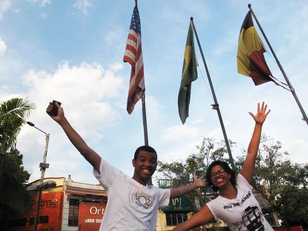 Renê Silva e Daiene Mendes em frente às banderas dos Estados Unidos e do Brasil, na Praça das Nações, em Bonsucesso (Foto: Carolina Lauriano/G1)