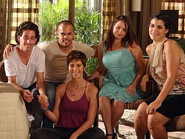 Dani posa com Lior, Ron, Inbal e Or-Luz (Foto: Salve Jorge/TV Globo)