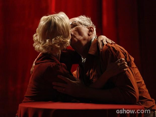 Volpina e Arlindo não resistem à tentação e se beijam (Foto: Inácio Moraes/TV Globo)