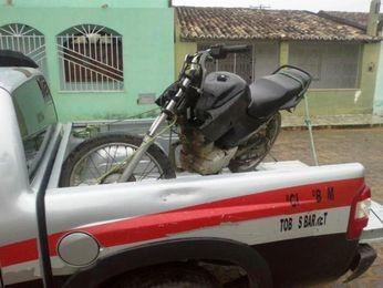 Motocicleta utilizada nos assaltos foi apreendida na casa de um dos suspeitos em Tobias Barreto (SE) (Foto: Divulgação/PM-SE)