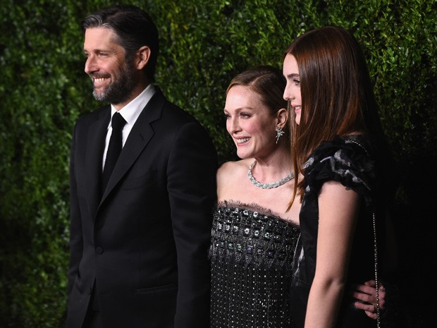 Julianne Moore entre o marido, Bart Freundlich, e a filha, Liv Freundlich (Foto: Getty Images)