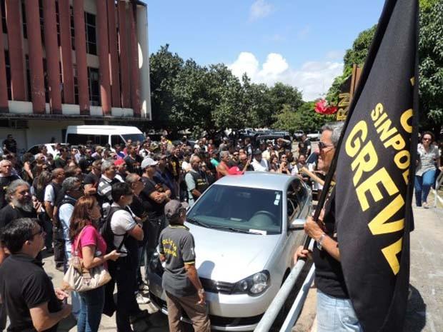 Grevistas querem ser recebidos pelo secretário de Segurança (Foto: Elaine Vládia)