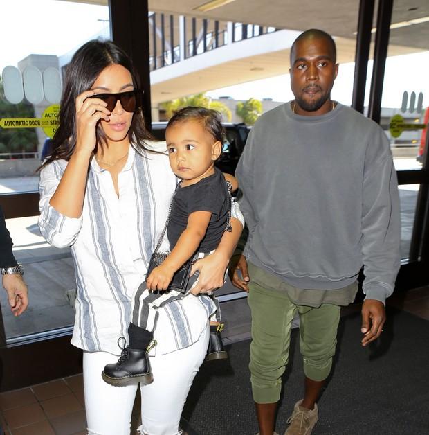 X17 - Kim Kardashian e Kanye West com a filha, North, em aeroporto de Los Angeles, nos Estados Unidos (Foto: X17online/ Agência)