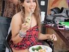 Thaís Bianca leva marmita para o ensaio do Paparazzo: 'Estou gorda'