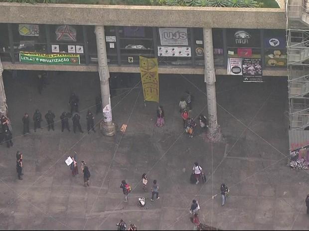 Polícia cerca prédio do Ministério da Cultura, no Centro (Foto: Reprodução / TV Globo)