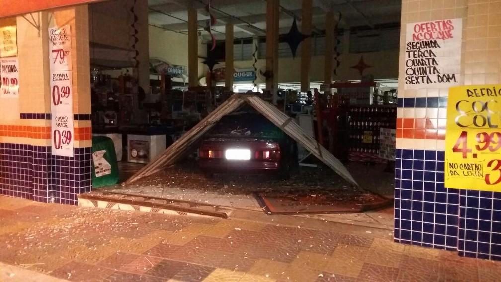 Motorista foi preso por embriaguez ao volante após carro invadir supermercado em Salto de Pirapora (Foto: Arquivo Pessoal)
