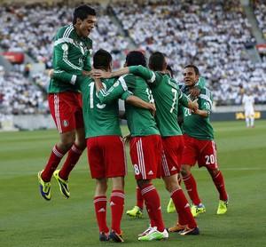 Jogadores do México comemoram gol sobre Nova Zelândia (Foto: Marty Melville/AFP)