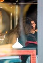 Izabel Goulart é clicada em clima de romance com o goleiro Kevin Trapp