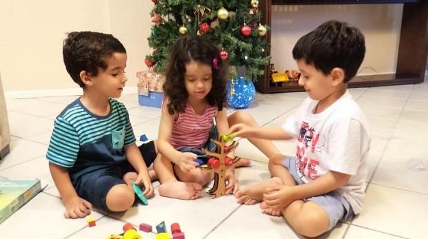 Os trigêmeos no Natal deste ano (Foto: Arquivo Pessoal)