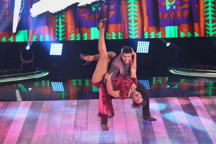 Solange Couto faz acrobacias no forró (Foto: Carol Caminha/Gshow)